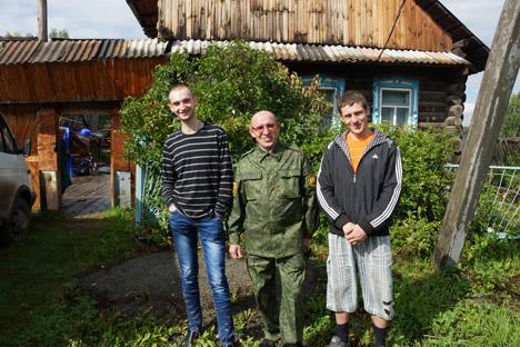 Alexander Sanotschkin (in der Mitte) mit den Flüchtlingen aus der Ukraine vor seinem Ferienhaus in Artjomowskij. Foto: Darja Kesina/RBTH