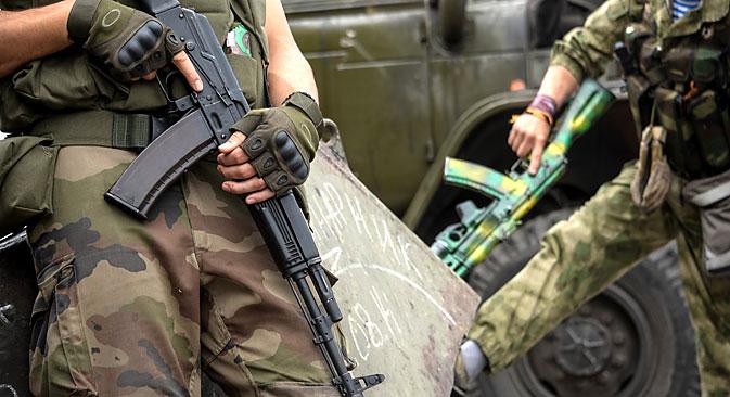 Einer der Freiwilligen will kämpfen, weil beide seine Großväter im Zweiten Weltkrieg in der Ukraine ums Leben gekommen seien. Ein Verwandter sei zudem Anfang Mai infolge des Brandanschlags auf das Gewerkschaftshaus in Odessa bei lebendigem Leibe verbrannt, schreibt Sokolow. Foto: AP