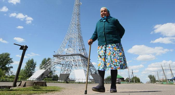 Am Hauptplatz des russischen Dorfes Paris ragt die höchste detailgetreue Kopie des Eiffelturms in Russland in die Höhe. Sie wird als Mobilfunkmast genutzt. Foto: ITAR-TASS
