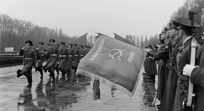 """Parade am Sowjetischen Ehrenmal im Teptower Park zum """"Tag des  Sowjetische Armee und Kriegsmarine"""" im Treptower Park, Berlin, 25. Februar 1992 . Foto: Wladimir Borissow / Deutsch-Russisches Museum Berlin-Karlshorst"""