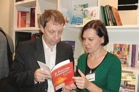 Victoria Viererbe mit einem Autor auf der Frankfurter Buchmesse 2012. Foto: Verlag Retorika