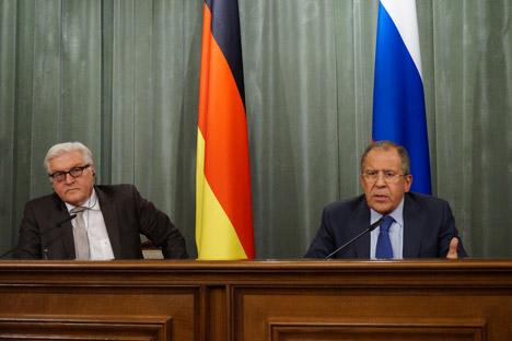O ministro das Relações Exteriores da Alemanha, Frank-Walter Steinmeier (esq.), encontrou-se com seu homólogo russo, Serguêi Lavrov Foto: Ministério das Relações Exteriores da Rússia