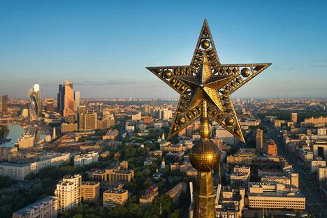 Der Veranstalter Sputnik organisiert eine einstündige Tour auf die Dächer der Sieben Schwestern, einem Hochhausensemble aus der Stalinzeit. Foto: Birdseyeview.ru