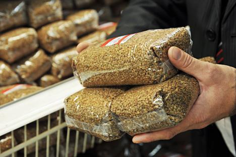 Gretschka steht inzwischen für Importersatz, es ist ein patriotisches Lebensmittel geworden. Die Preise für Buchweizengrütze sind nach Angaben von Rosstat seit Beginn des Monats November um 48,3 Prozent gestiegen. Foto: TASS