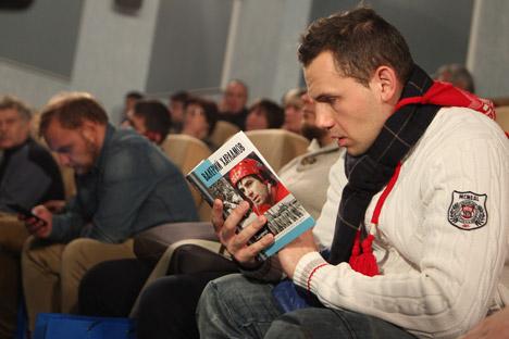 Ein Besucher liest das Buch über Waleri Charlamow während des Buchpräsentation bei der Rossijskaja Gaseta. Foto: Sergej Michejew/Rossijskaja Gaseta