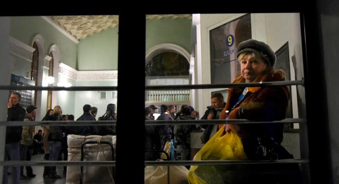 Eine Frau wartet auf den letzten Zug nach Ukraine auf dem Bahnhof von Simferopol. Foto: AP