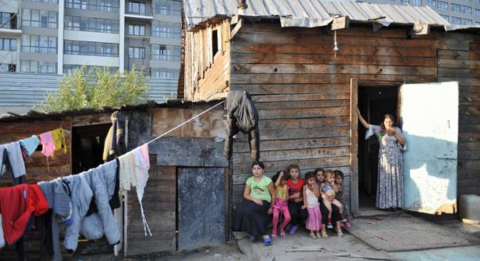 Für Roma ist es sehr schwierig, selbst eine schlecht bezahlte Arbeitsstelle zu bekommen. Deshalb sehen sie sich mit dem Problem konfrontiert, wie sie ihre Kinder ernähren sollen. Foto: Pawel Lissitsyn / RIA Novosti