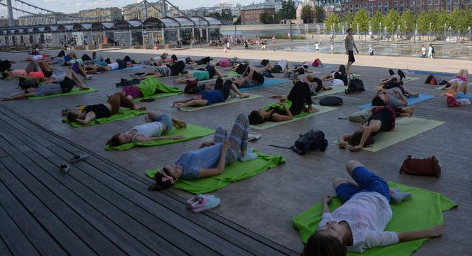 Yoga-Unterricht im Moskauer Gorki-Park. Foto: Wladimir Fedorenko/RIA Novosti