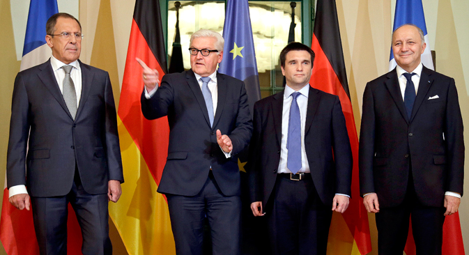 V.l.n.r.: Der russische Außenminister Sergej Lawrow und seine Amtskollegen Frank-Walter Steinmeier, Pawlo Klimkin und Laurent Fabius. Foto: AP