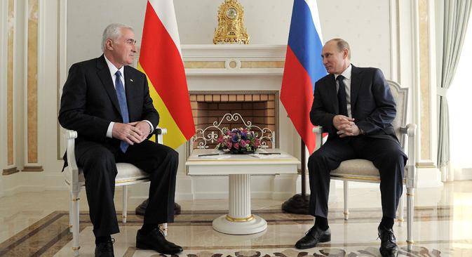 Der russische Präsident Wladimir Putin (R) und der Präsident der von wenigen Staaten anerkannten Republik Südossetien Leonid Tibilow (L). Foto: Alexej Druschinin/RIA Novosti