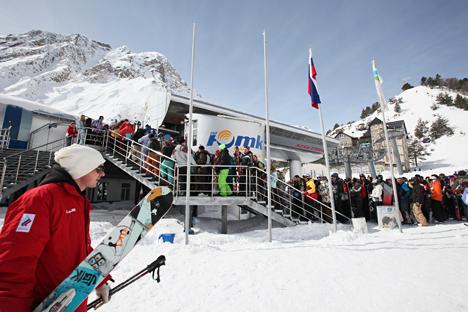 """Touristen stehen Schlange am Skilift auf dem Elbrus-Vorland """"Jasau"""". Foto: PhotoXPress"""