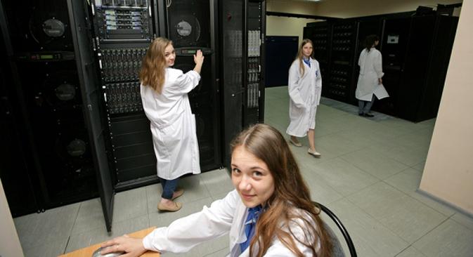 """Mitarbeiterinnen der Lobatschewski-Universität posieren mit dem Superrechner """"Lobatschewski"""", der die 3-D-Visiualisierung des menschlichen Körpers ermöglicht.  Foto: Nikolaj Nesterenko/Rossijskaja Gaseta"""