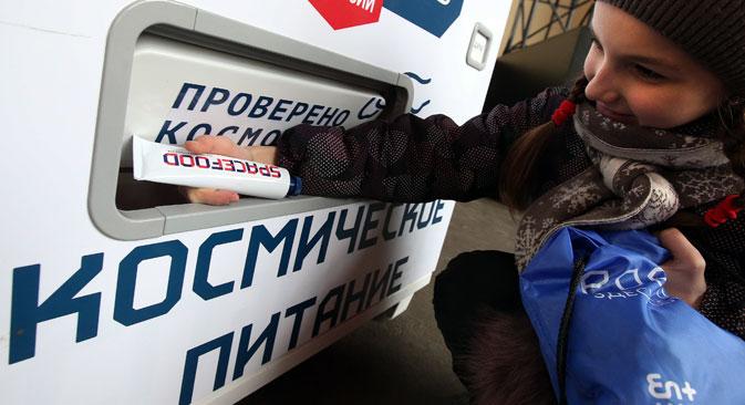 Verkaufsautomat mit Weltraumspeisen in Moskau. Foto: Wjatscheslaw Prokofjew/TASS
