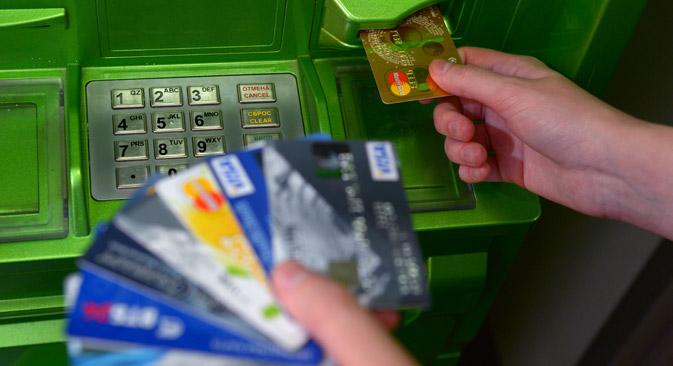 Voraussichtlich im Dezember 2015 folgt die Ausgabe von Kreditkarten des russischen nationalen Zahlungssystems.  Foto: Wladimir Trefilow/RIA Novosti