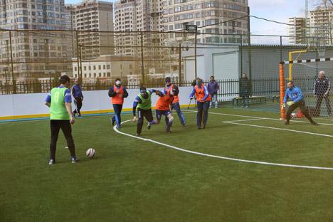 Alle Teilnehmer des Turnier der Chancengleichheit in Moskau trugen auf dem Spielfeld Augenbinden als symbolisches Zeichen dafür, wie Sport Menschen miteinander verbindet. Foto: Pressebild