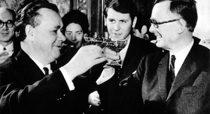 Der sowjetische Außenhandelsminister Nikolai Patolitschew (l.) und Bundeswirtschaftsminister Karl Schiller (r.) nach der Unterzeichnung des deutsch-sowjetischen Handelsabkommens am 1. Februar 1970 in Essen. Foto: DPA/Vostock Photo