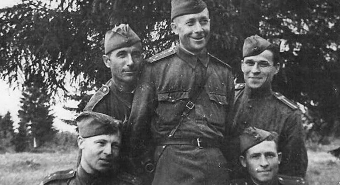 Wasilij Maslenkow (Mitte) mit seinen Kollegen aus der Roten Armee. Foto aus dem persönlichen Archiv