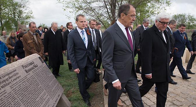 Die Außenminister von Deutschland und Russland Frank-Waler Steinmeier und Sergej Lawrow am Militärfriedhof Rossoschka bei Wolgograd.  Foto: AP