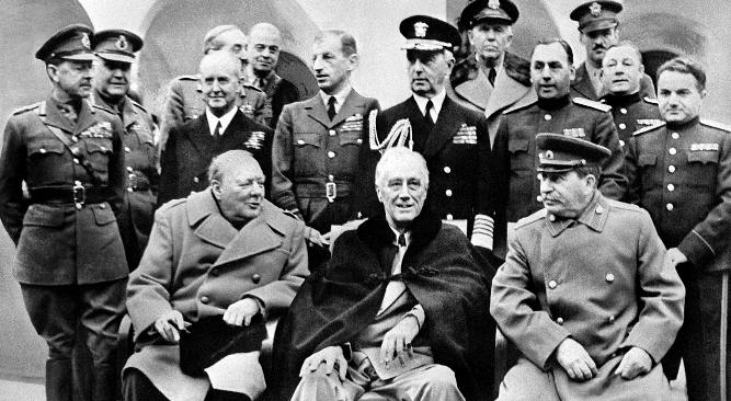Churchill, Roosevelt und Stalin in Jalta wenige Monate vor Kriegs-ende (v.l.n.r.). Das Treffen wurde 1945 im eigens hergerichteten  Liwadija-Palast abgehalten. Foto: TASS