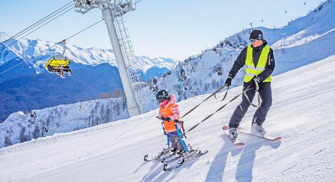 Skilehrer Andrei Batalow mit seiner Tochter Tanja in Krasnaja Poljana. Foto: Jewgenija Jegorowa