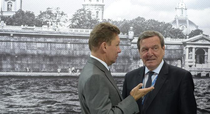 Die Pipeline Nord-Stream konnte während des Forums die nächste Stufe ihrer Entwicklung einläuten. Auf dem Bild: Gazprom-Chef Alexej Miller und Vorsitzender des Aufsichtsrats der Nord Stream AG Gerhard Schröder.  Foto: Donat Sorokin/TASS