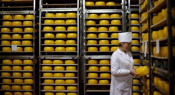 Einst wurde Käse massenweise aus Europa importiert. Nun sind russische Hersteller fast ohne Konkurrenz. Foto: Stalislaw Krasilnikow/TASS