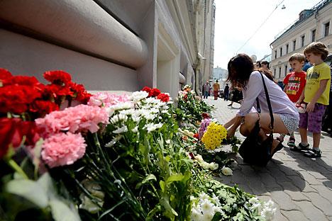 Menschen legen Blumen vor der niederländischen Botschaft in Moskau im Gedenken an die 298 Opfer des abgestürzten Boeing von Malaysia Airlines.