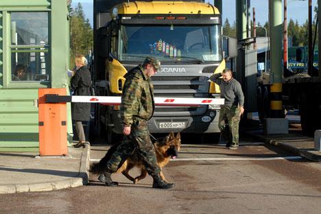 Das sanktionierte Produkt war in Plastiktüten und mit Etiketten auf Russisch im Innenraum eines Renault Trafic untergebracht.