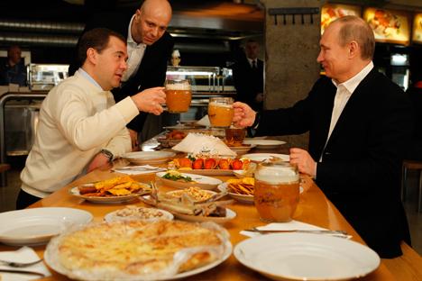 2012 schauten der damalige Präsident Dmitri Medwedew und Ministerpräsident Wladimir Putin in der Moskauer Kneipe Schiguli vorbei.