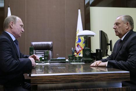 Russlands Präsident Wladimir Putin trifft sich mit dem Gouverneur der Oblast Nowgorod Sergej Mitin.