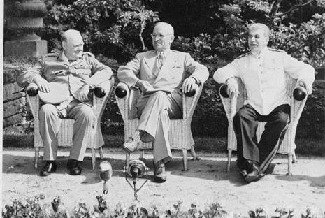 August 1945. Winston Churchill, Harry S. Truman und Joseph Stalin treffen sich während der Potsdamer Konferenz.