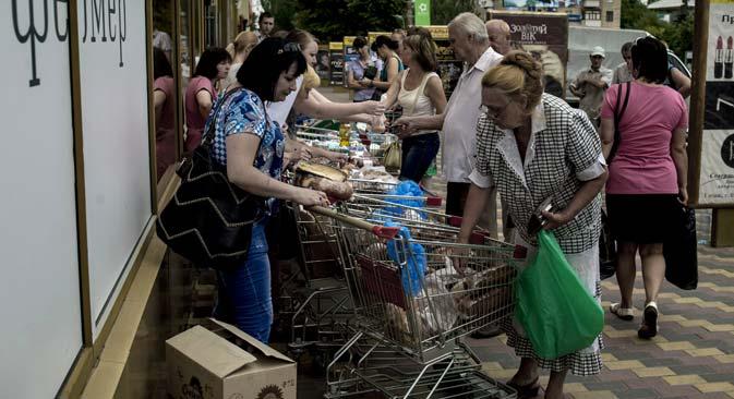 Sommer 2014: Da Lugansk von der Energieversorgung abgeschaltet wurde, mussten Supermärkte ihre Waren direkt auf der Straße verkaufen. Foto: Walerij Melnikow / RIA Novosti
