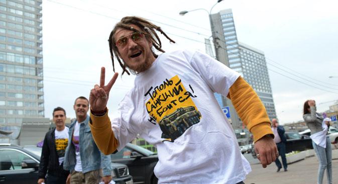 """Victory-Zeichen und T-Shirt signalisieren: """"Die Topol hat keine Angst vor Sanktionen"""". Foto: RIA Novosti/Ekaterina Chesnokova"""