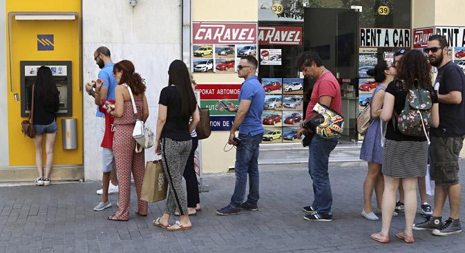 """""""Vor den Banken sind die Schlangen lang. Touristen können unbegrenzt Geld abheben, aber es ist praktisch unmöglich, zu den Geldautomaten vorzudringen"""", erzählt eine Touristin. Foto: Reuters"""