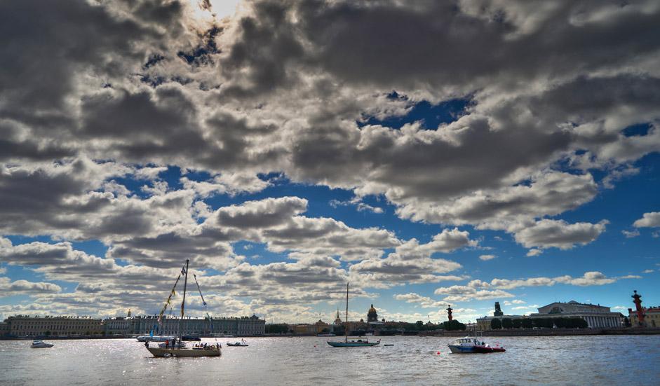 Шкуни, јахти, чамци и едреници на Санкт петербуршкиот меѓународен поморски фестивал 2015 во акваторијата на Нева кај Петропавловската тврдина.