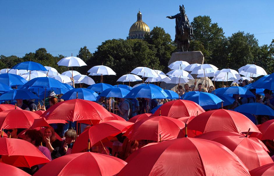 Flashmob en la plaza del Senado de San Petersburgo durante el día de la celebración de la bandera de Rusia.