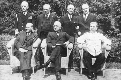 """Die """"Großen Drei"""": (von links nach rechts) der britische Premierminister Clement Attlee, der US-Präsident Harry S. Truman, der sowjetische Generalissimus Josef Stalin; stehend dahinter: der US-Admiral William Daniel Leahy, der britische Außenminister Ernest Bevin, der US-Außenminister James F. Byrnes und der sowjetische Außenminister Wjatscheslaw Molotow."""