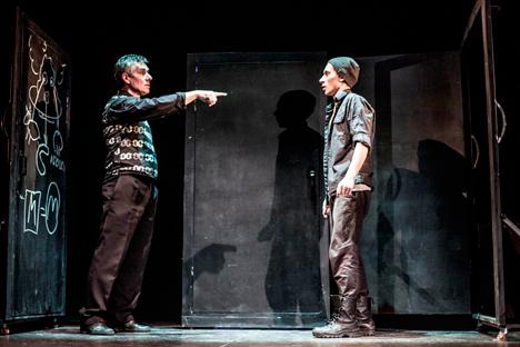 """Das Drama """"Die schwarze Milch oder die Klassenfahrt nach Auschwitz"""" des österreichischen Autors Holger Schober hat nicht nur das Puschkin-Theater in Krasnojarsk auf die Bühne gebracht, sondern ist auch auf anderen Bühnen in Russland zu sehen, hier beispielsweise im Moskauer Theatrium im Juni."""