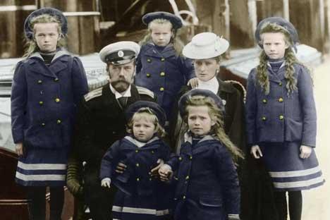 Zar Nikolaus II. mit seiner Frau Alexandra und ihren fünf Kindern Olga, Tatjana, Maria, Anastasia und Alexei.