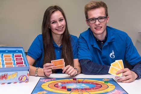 """Die Gewinner von """"Spielend Russisch lernen"""" sind Morris Scheithauer und Catharina Wendtland vom Samuel-von-Pufendorf-Gymnasium in Flöha."""