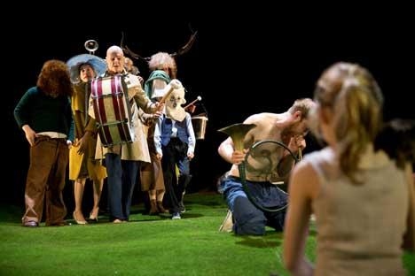 """Das Stück """"Die Erde"""", inszeniert von Gabriel Carrizo, führt sie gemeinsam mit dem Münchner Residenztheater auf."""