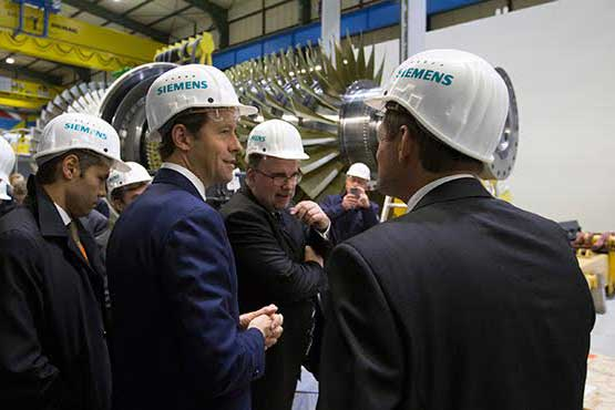Der Industrie- und Handelsminister Denis Manturov während des Besuch bei Siemens AG.