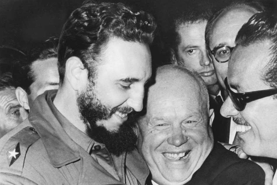 Fidel Castro (l.), Regierungschef von Kuba, mit Nikita Chruschtschow, Generalsekretär der UdSSR, am Rande einer UN-Sitzung im Jahr 1960.