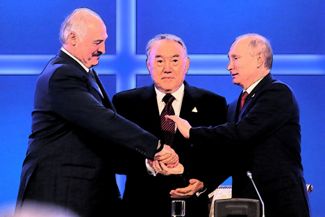 Der Präsident von Belarus Alexander Lukaschenko (links), der Präsident von Kasachstan Nursultan Nasarbajew (in der Mitte) und der russische Präsident Wladimir Putin (rechts) während des Treffens in Astana.