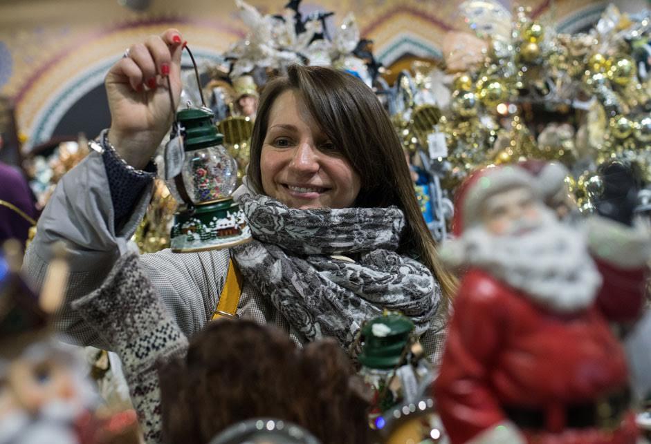 Посетитель с новогодним украшением на Новогодней ярмарке в ЦУМе.