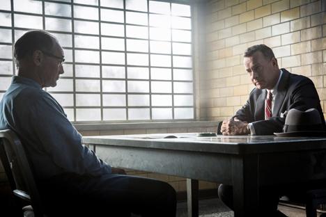 """Im Film von Steven Spielberg """"Bridge of Spies – Der Unterhändler"""" spielt Mark Rylance (links) einen sowjetischen Spion in den USA. Als er angeklagt wird, bekommt er einen Pflichtverteidiger (Tom Hanks, rechts)."""