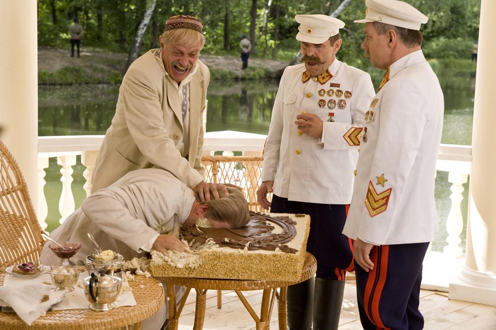 """Im zweiten Teil des Films """"Die Sonne, die uns täuscht"""" (2010) träumt Volksfeind Kotow davon, den Genossen Stalin in eine Torte zu drücken. Sein politischer Protest soll nicht der letzte seiner Art gewesen sein."""
