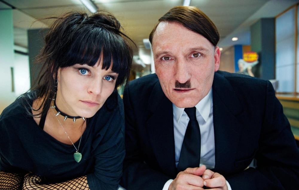 """Eine Szene aus dem Film """"Er ist wieder da"""" über Hitler, der plötzlich im modernen Deutschland aufgewacht ist."""