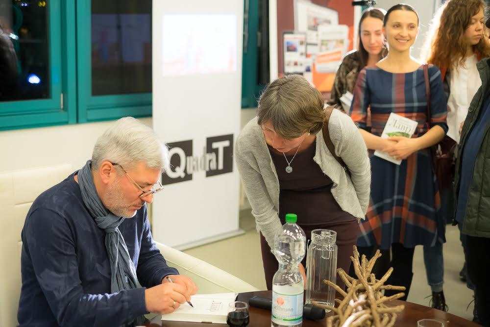 Der Sankt Petersburger Schriftsteller Evgenij Vodolazkin gab begeisterten Lesern in Berlin Autogramme.