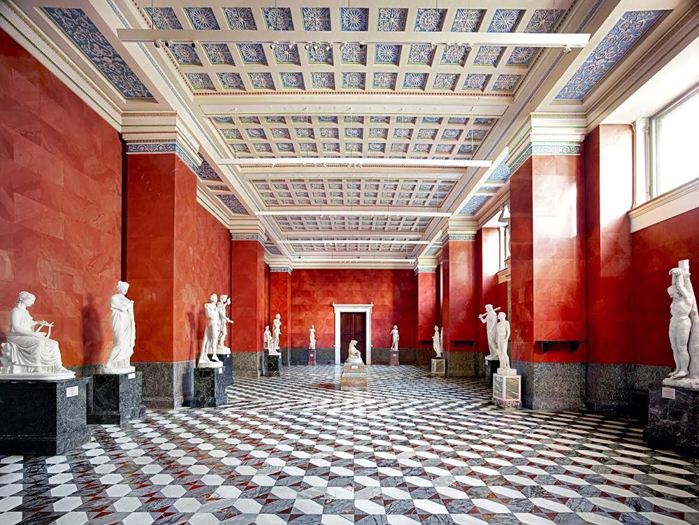 Bekannt wurde Höfer durch ihre Architektur-Serien des Louvre in Paris, der Galerie Uffizien in Florenz, des Teatro alla Scala in Mailand und anderen öffentlichen Gebäuden aus der ganzen Welt. Bibliotheken, Theater, Archive und Museen – alle Einrichtungen porträtiert sie ohne Menschen.